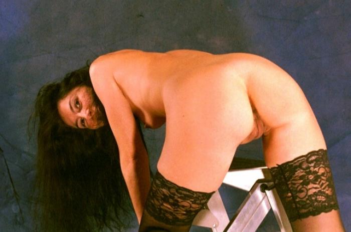 Romana zeigt sich freizügig mit gespreizten Beinen