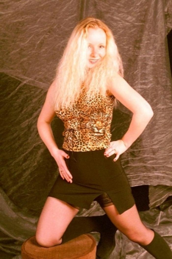 Teenygirl Janina mit geilem Outfit,Dessous und Aktbildern